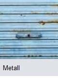 Garagentor aus Metall mit Altlackierung